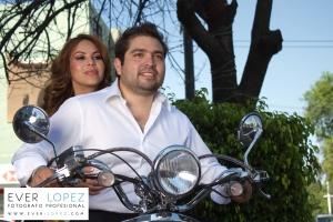 fotos casuales de novios en motocicleta