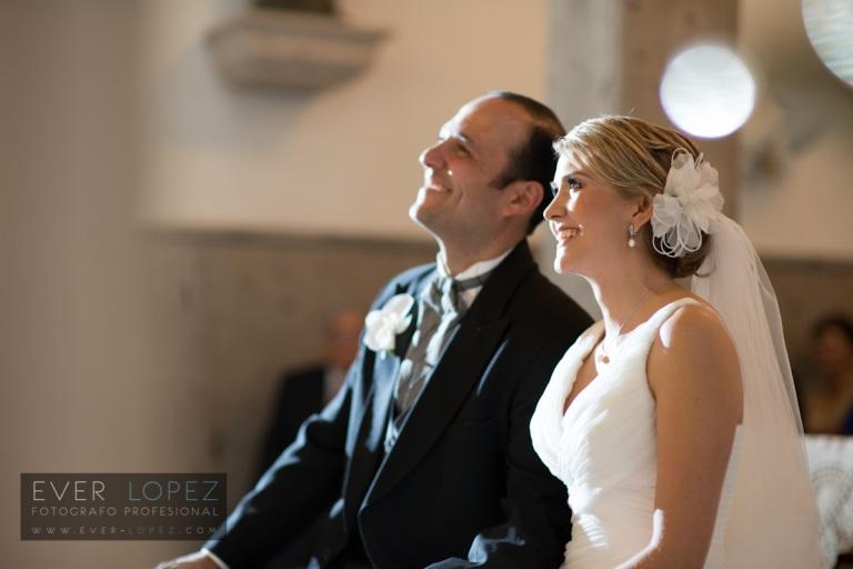 fotografo de bodas guadalajara jalisco mexico salon de eventos cobalto guadalajara ever lopez templo iglesia cobalto jardin de eventos novios entrando a la iglesia fotos boda