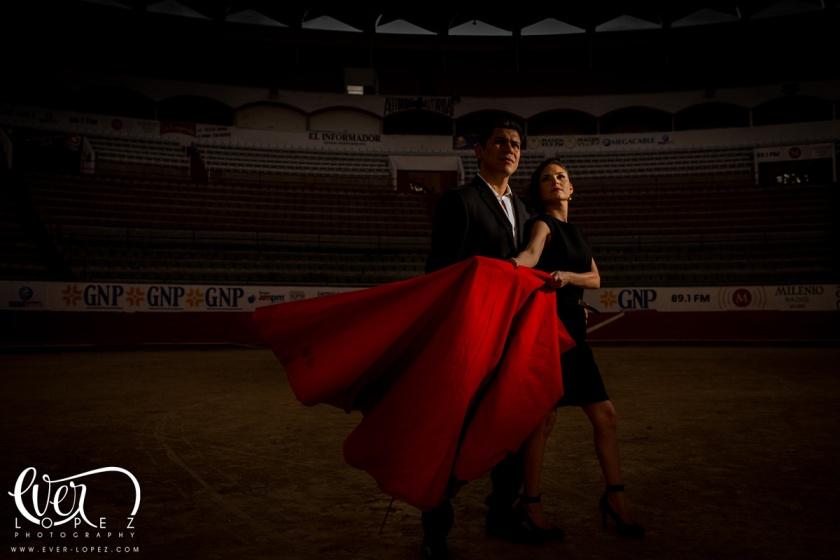 fotos pre boda guadalajara novios toreros plaza de toros nuevo progreso calzada independencia fotografo profesional de bodas en mexico ever lopez fotografo zapopan
