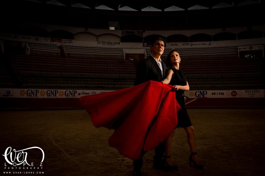 Sesion de fotografias pre boda en plaza de toros Nuevo Progreso Guadalajara Jalisco, fotografo de boda Ever Lopez Mexico