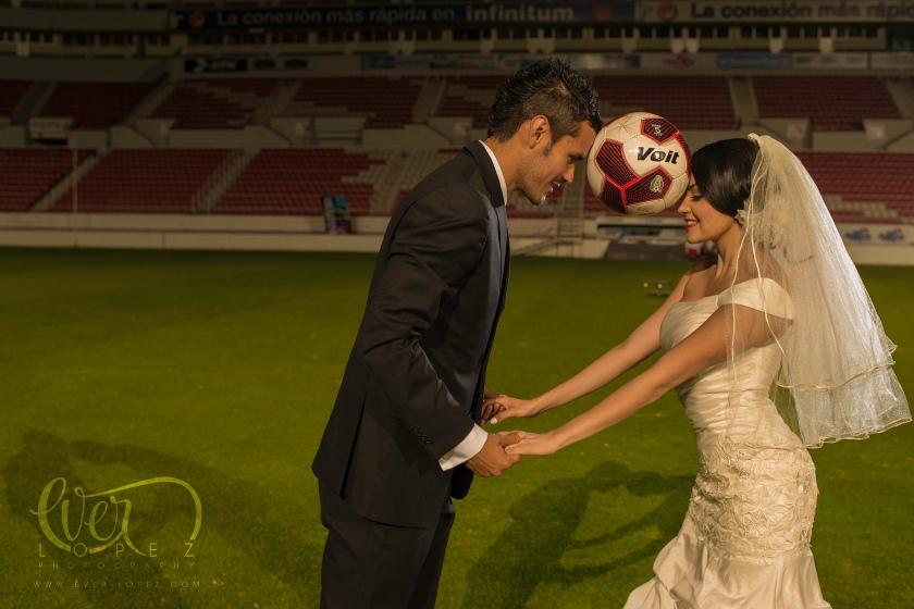 http://www.everlopezblog.com fotografo profesional de bodas futbolistas mexico Ever Lopez Guadalajara Jalisco, Aguascalientes Mexico, fotos novios estadio boda, fotografo profesional boda fútbol mexico jugador