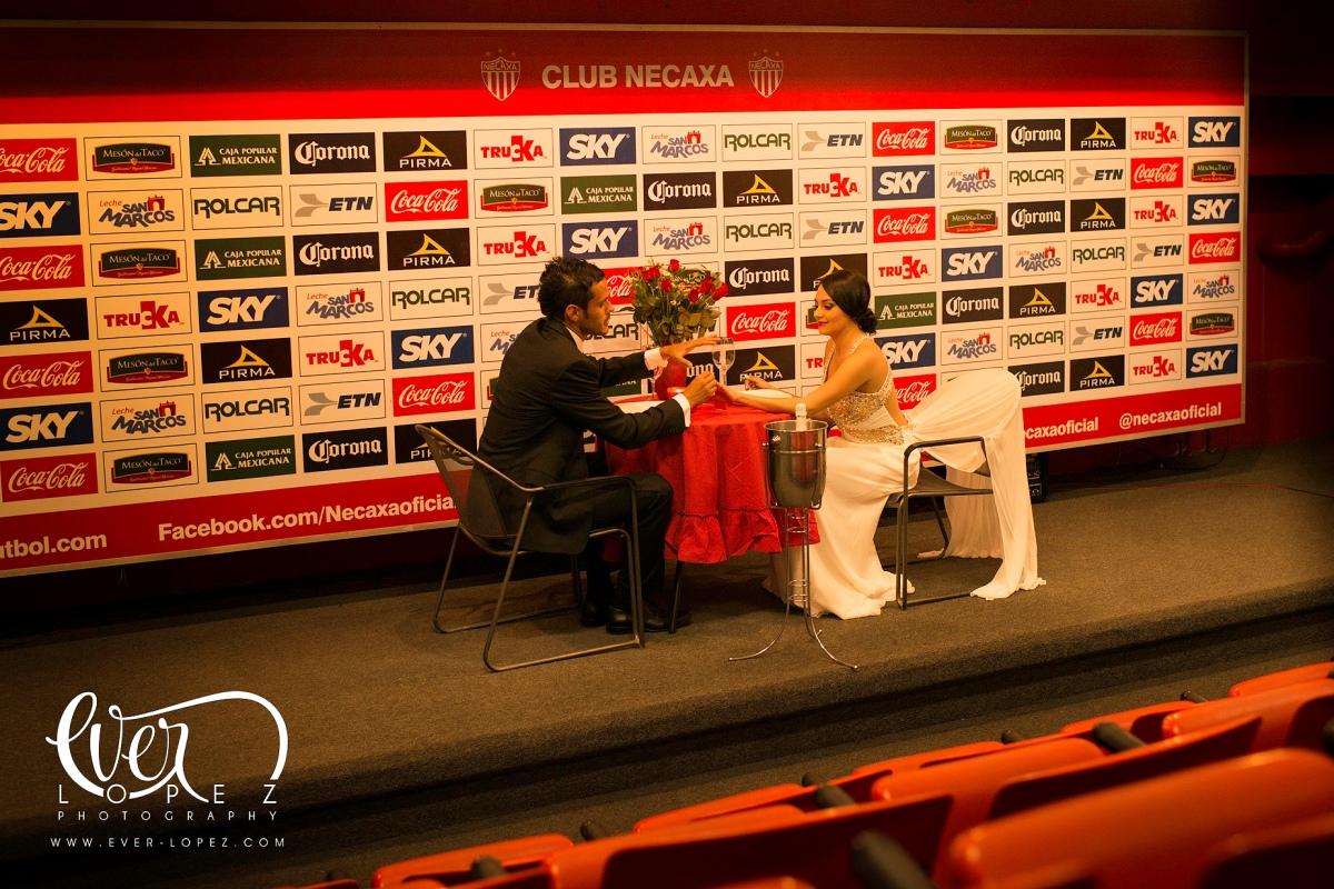 Sesion fotos casuales en estadio Victoria, Aguascalitentes, Angie yDaniel