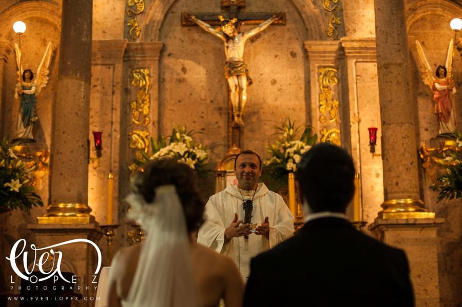 fotografo de bodas en zapopan jalisco mexico templo san pedro apostol lado basilica zapopan fotos novios iglesia parroquia en zapopan
