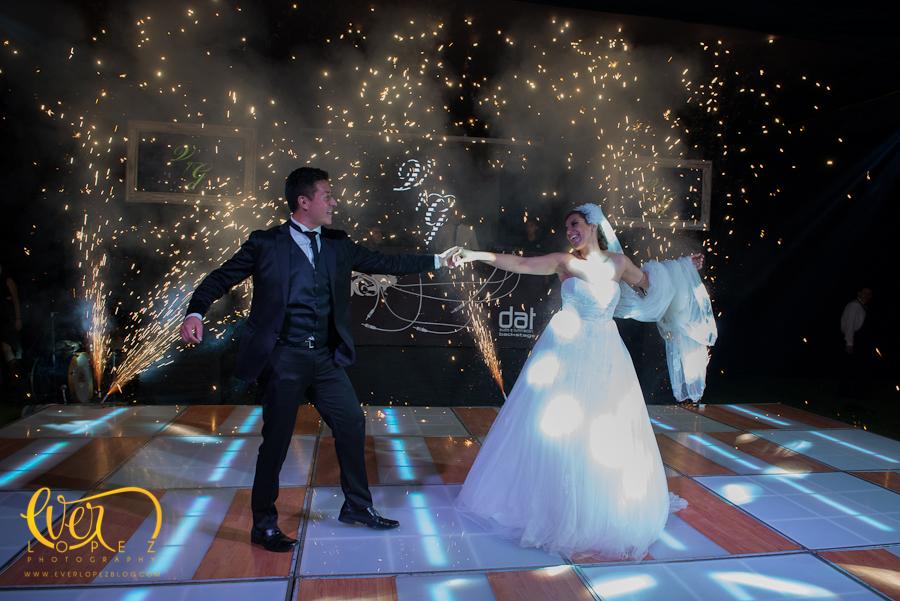 fotografo de bodas en mexico novios bailando pista leds iluminada