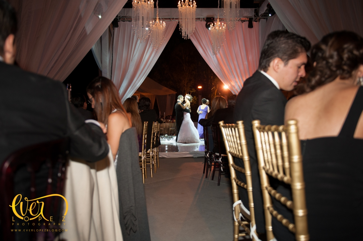 decoracion pista baile luces candiles cortinas pista iluminada cristal vidrio fotografo de bodas guadalajara jalisco mexico trasloma eventos terraza jardin salon mariano otero zapopan guadalajara fotografo de bodas mexico novia novio bailando arreglos ideas wedding planner live music show dj