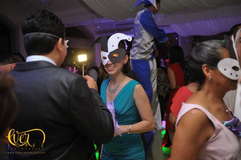 novio novia fiesta invitados accesorios gorros mascaras sanqueros grupo versatil boda guadalajara jalisco