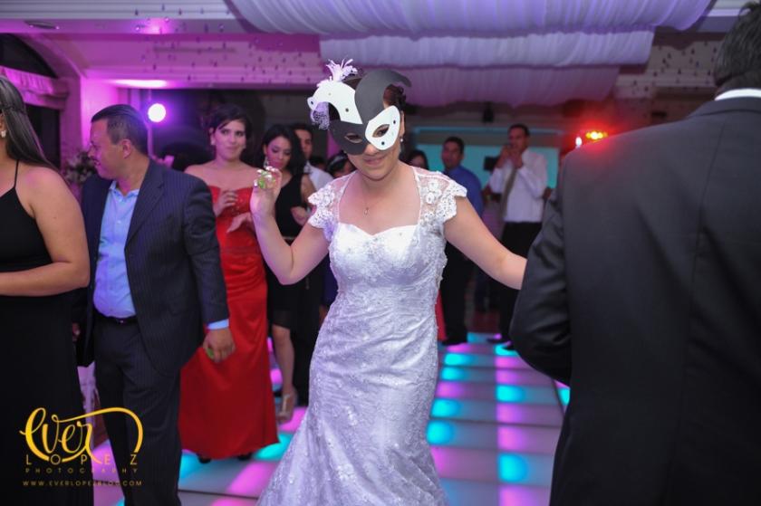 fotos novia bailando pista iluminada leds boda ameca jalisco mexico vestido de novia accesorios, grupo versatil musical para bodas y eventos jalisco mexico fotografo fotografos bodas