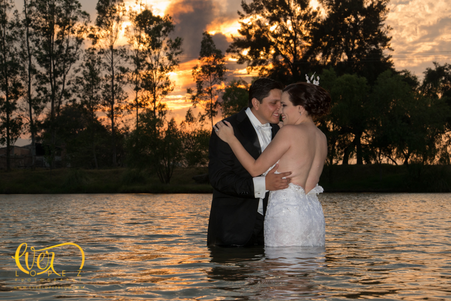 fotos sesion trash the dress hacienda labor de rivera ahualulco del mercado jalisco ameca fotos novios vestido novia caballo, trash the dress ttd fotos lago laguna kayak atardecer