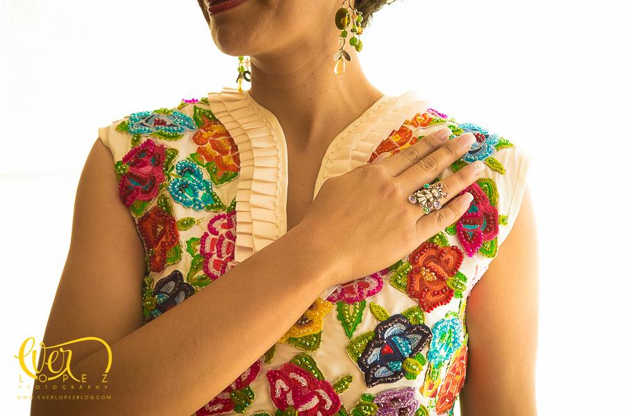 Detalle bordado en el vestido de la novia