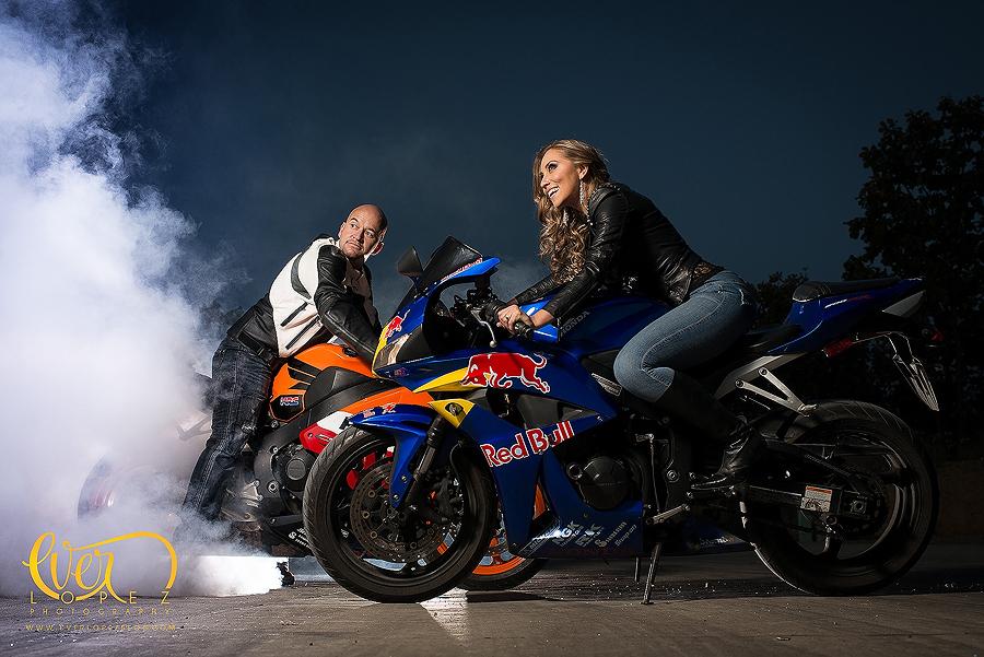 Sesión de fotos casuales pre boda en motos de pista, fotografo profesional de bodas EverLopez
