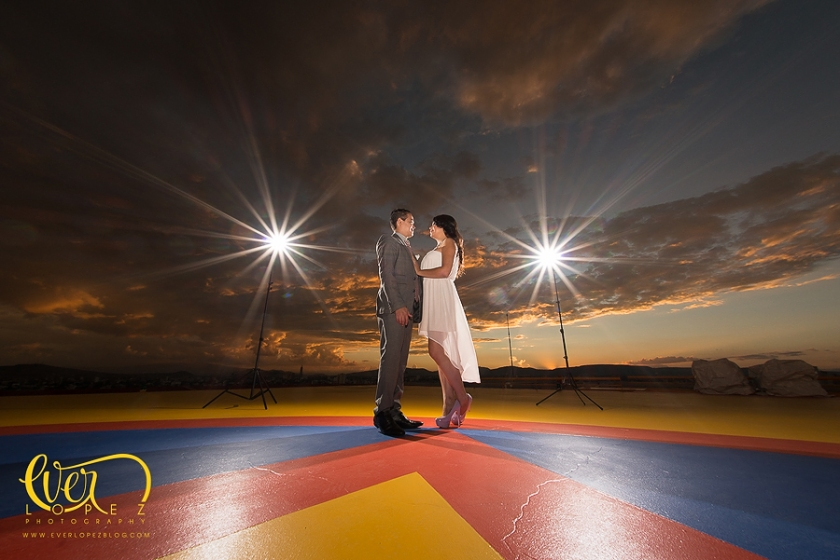 Mexico wedding photographer Ever Lopez, Helipad Engagement session pictures helicopter bride groom