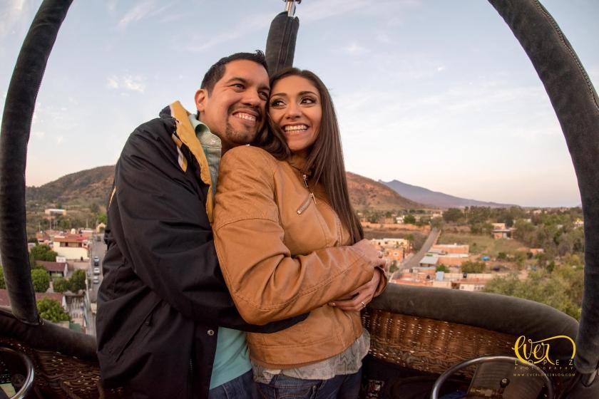 Entrega de anillo de compromiso en globo. Fotos de novios, Guadalajara, Jalisco, Mexico.