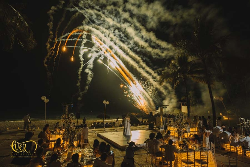 Fuegos artificiales en boda civil en las playas del hotel Mayan Palace puerto Vallarta, Jalisco. novios bailando vals, luz y sonido.