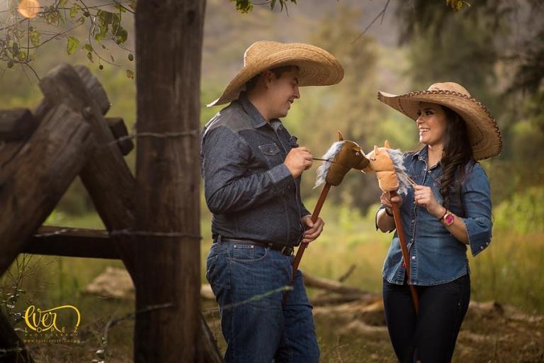 Sesion de fotos de novios previo a su boda, fotos casuales con caballos en Guadalajara, Jalisco, Mexico