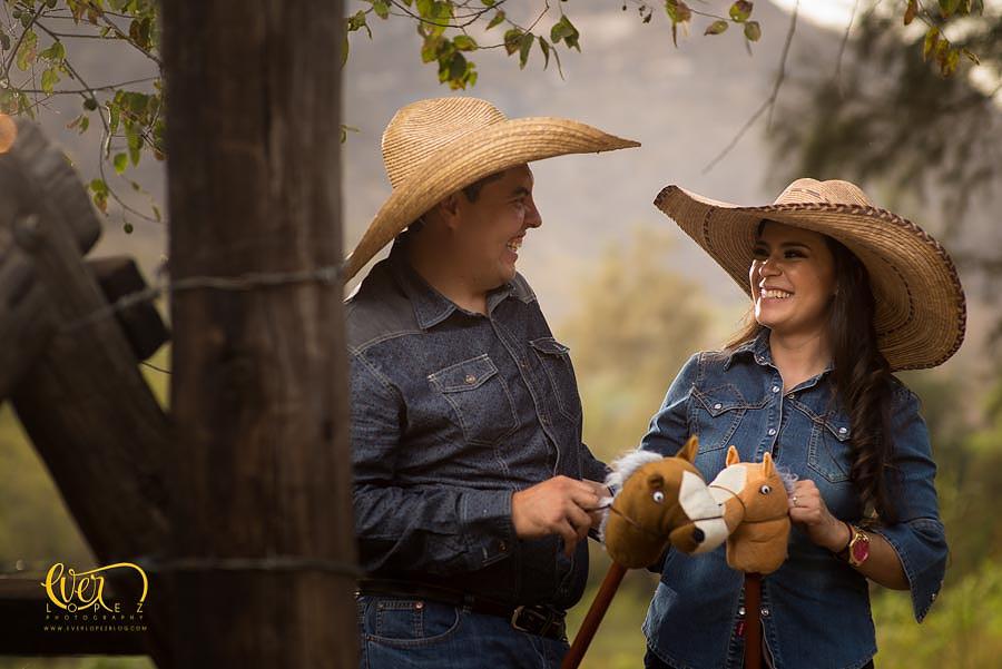 novios, novia en caballo, Sesion de fotos de novios previo a su boda, fotos casuales con caballos en Guadalajara, Jalisco, Mexico