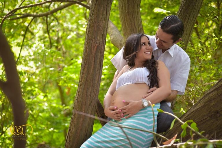 Fotografías de embarazo en Guadalajara, Jalisco Mexico. Fotografo profesional de maternidad Ever Lopez, fotos de embarazada bonita zapopan en el bosque colomos, arboles, columpios, juegos