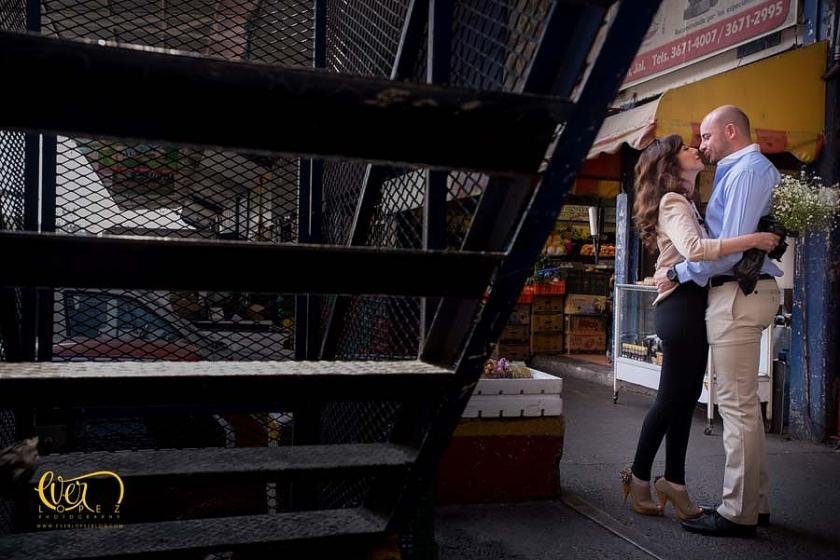 Fotos de novios, sesion de fotos casual,  locacion: Mercado de abastos Guadalajara.