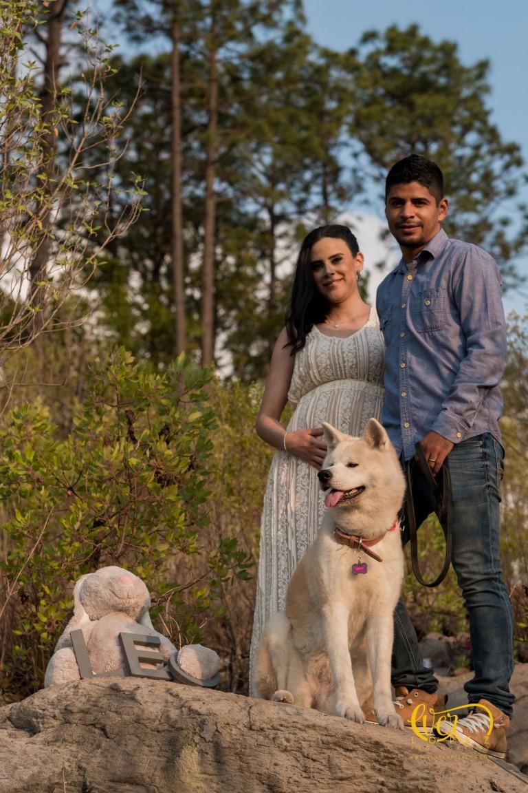 Sesion de fotos de embarazo con perro en Guadalajara