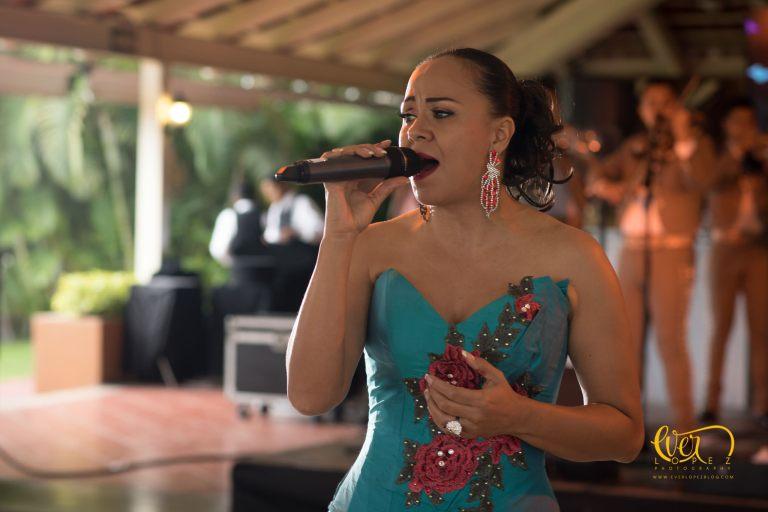Dina Buendia cantante para eventos